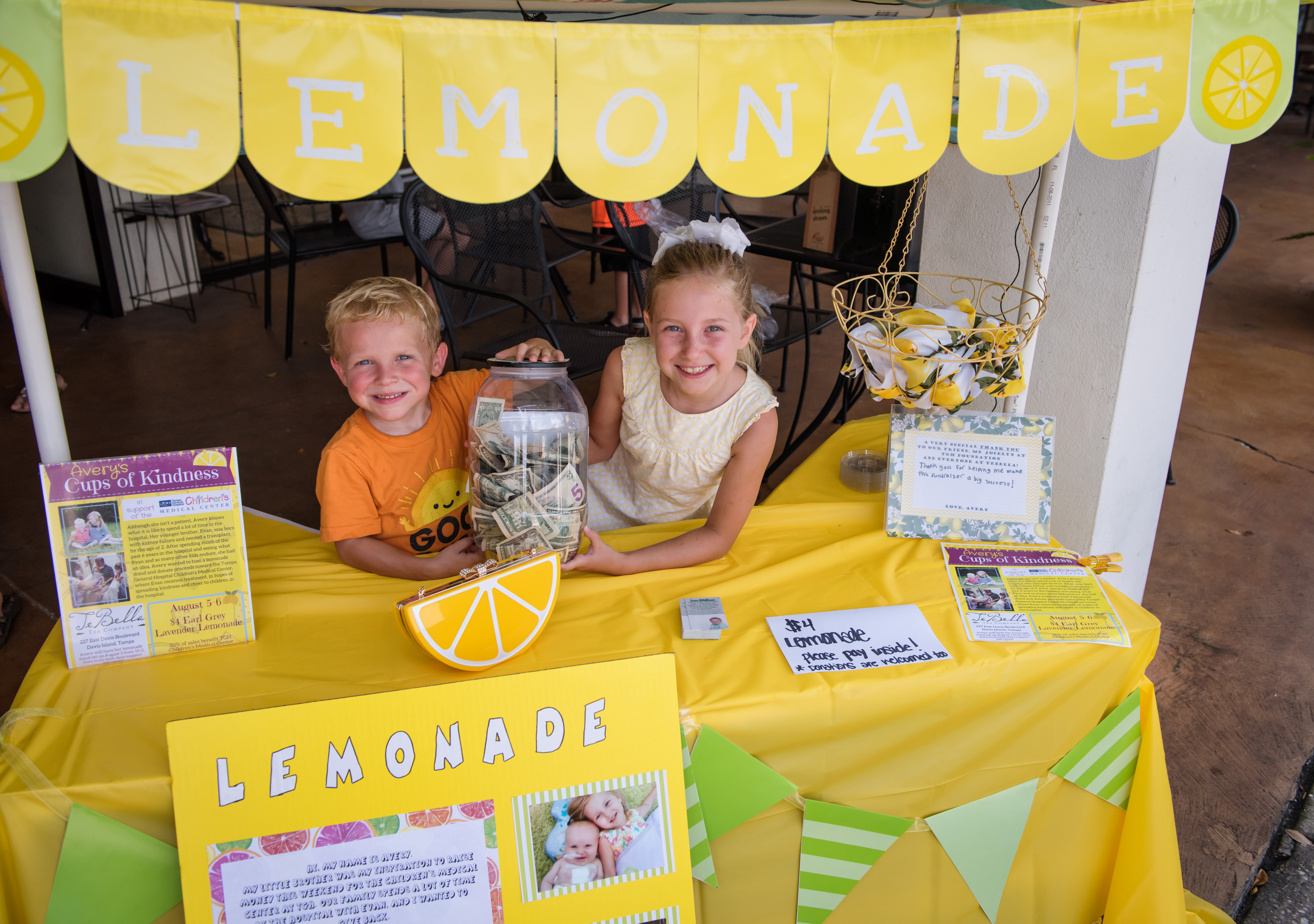 Avery and Evan at their lemonade stand