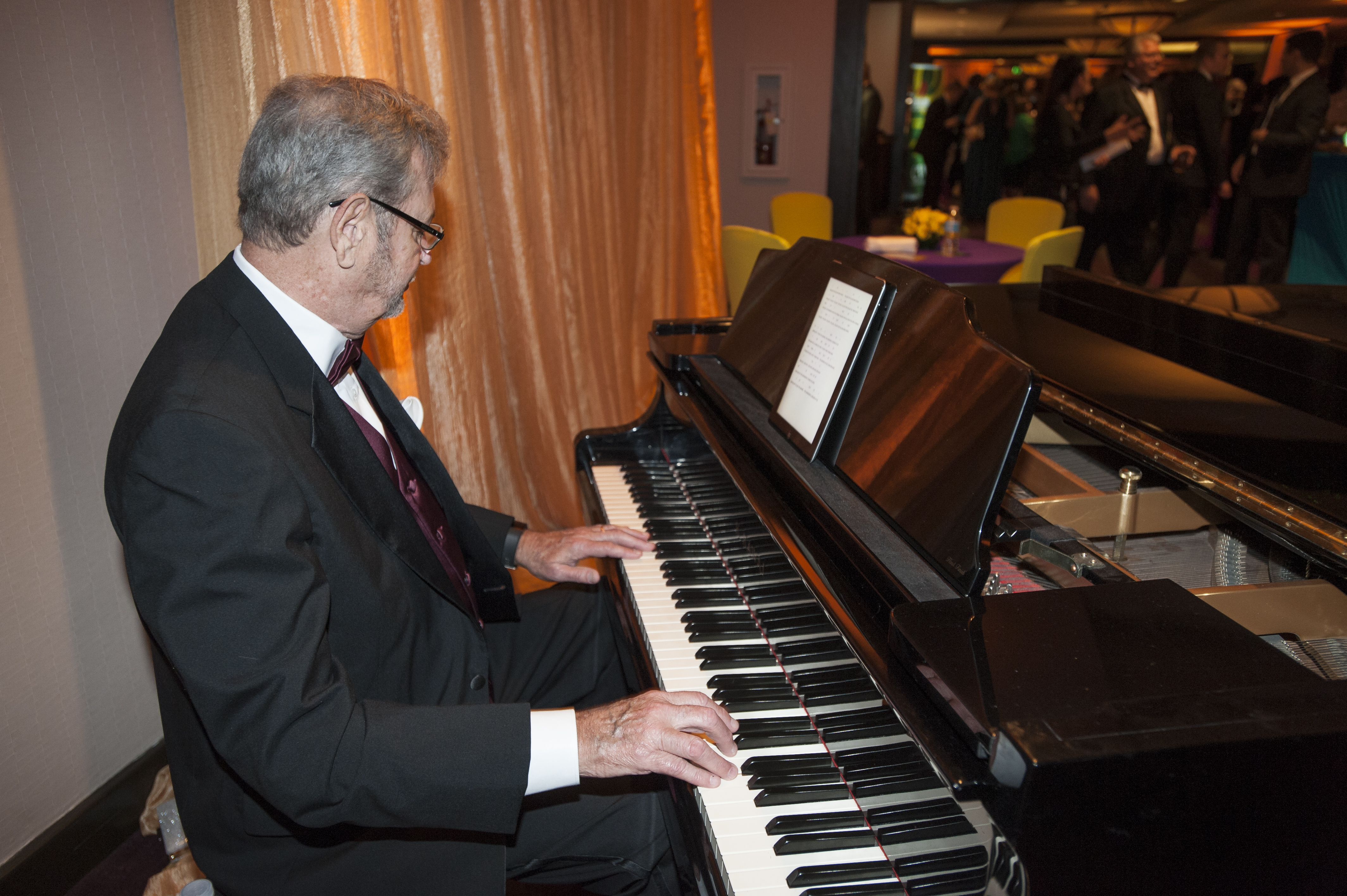 Man playing the piano at Wizard of Oz gala